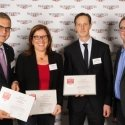 Priv.-Doz. Dr. Carsten Kempkensteffen (2. v. r.)  nahm die Auszeichnung zusammen mit Prof. Dr. Michael Abou-Dakn und Prof. Dr. Christiane Erley von Tagesspiegel-Redakteur Ingo Bach entgegen